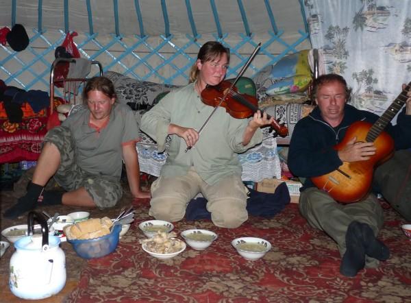 foto Elen Háblová (uprostřed) v jurtě